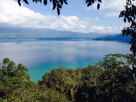 Laguna Miramar je obklopena džunglí