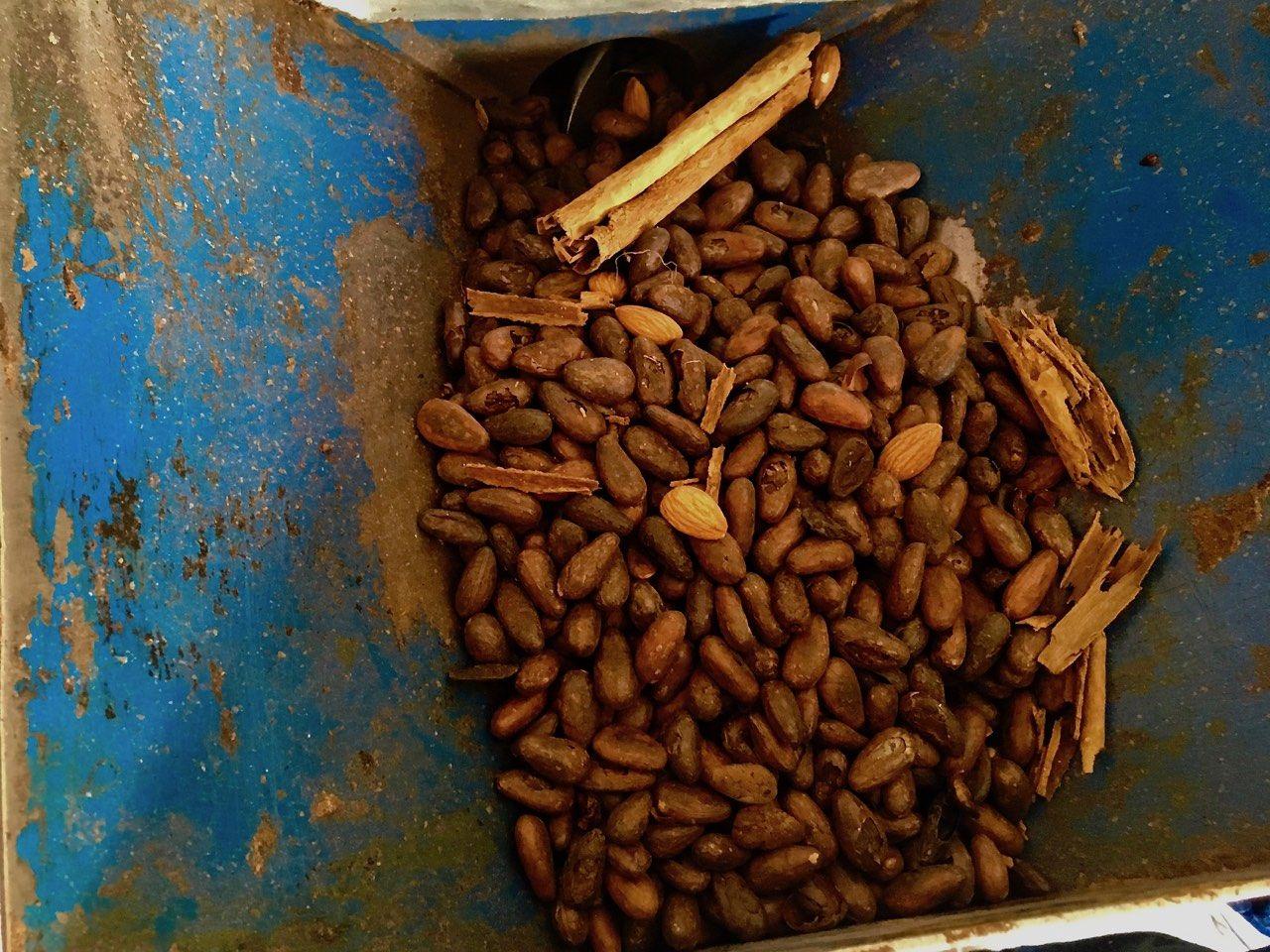 Kakaové boby, mandle a skořice před mletím