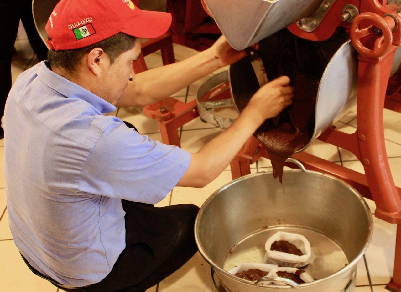 Po namletí vzniká z čokolády pasta, která pak zatuhne