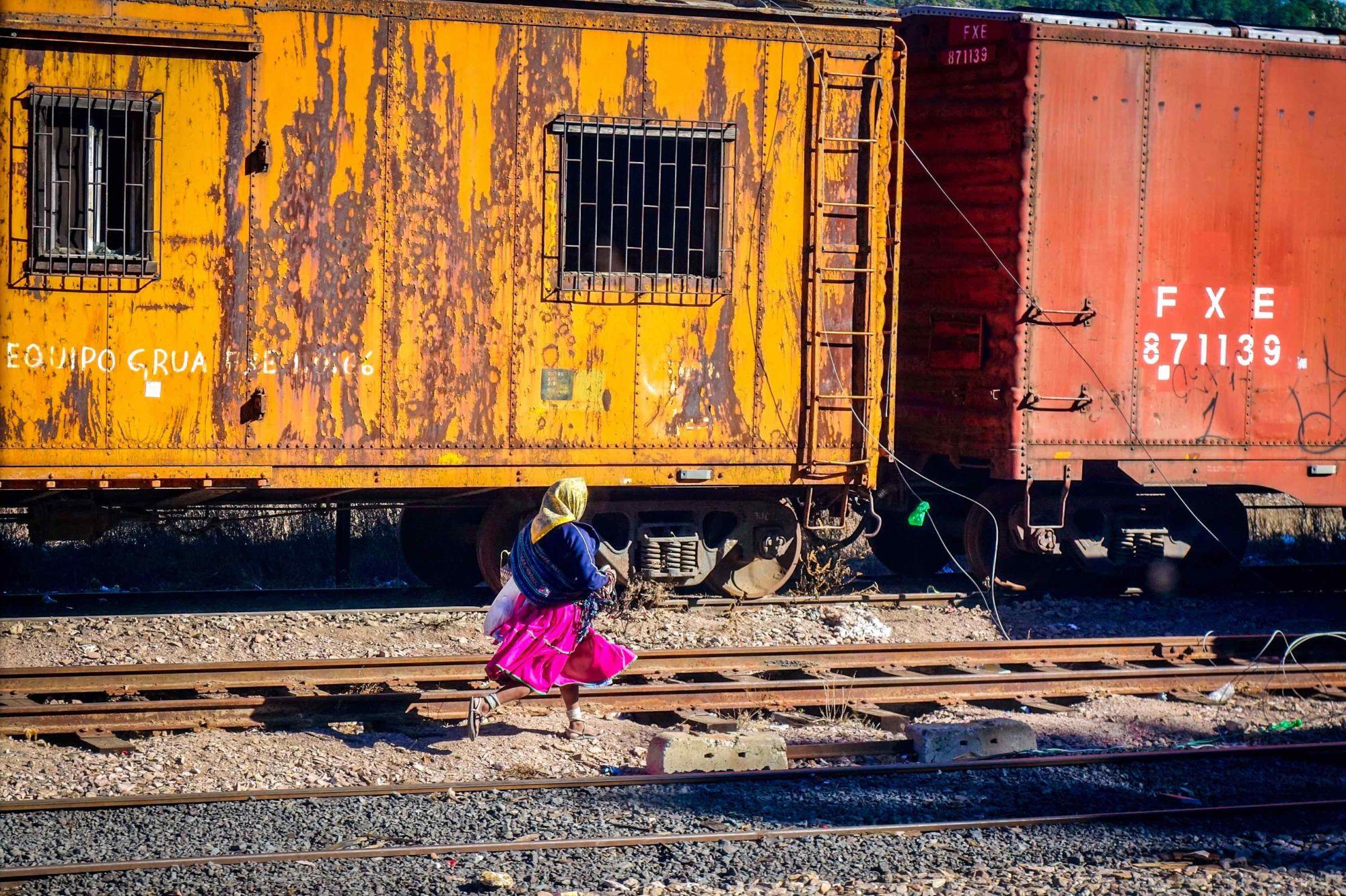 Žena Rarámuri v sandálech